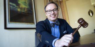 Regionfullmäktiges ordförande Magnus Berntsson är sitter med sin ordförandeklubba