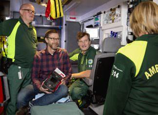 Pär Karlsson Jan-Otto Andersson Reine Låstberg och med ryggen åt kameran Susanne Håkansson Ambulansstation i Skövde Jan-Otto utbildningsledare håller i en hjärtstartare