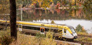 Ett tåg från Västtrafik som kör genom ett höstlandskap