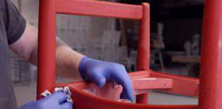 En röd stol som renoveras