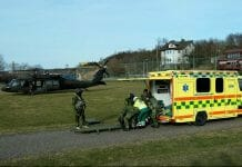 En helikopter och en ambulans