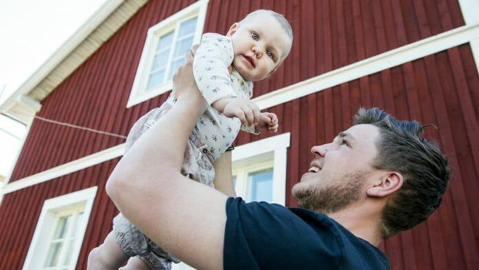 Tobias Pettersson som blev pappa till Agnes för nio månader sedan och tycker det är självklart med ett jämlikt föräldraskap. Foto: Kent Eng