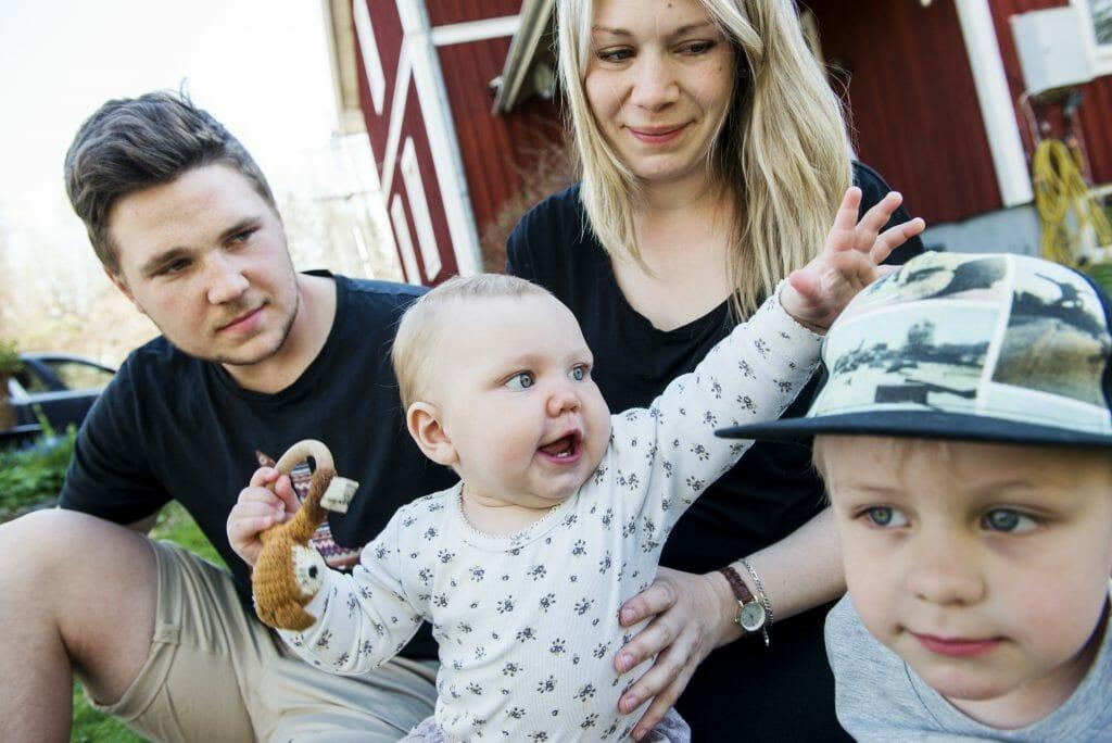 Tobias Pettersson och Emellan Rosenbaum med barnen Agnes och Sebastian 4 .Foto: Kent Eng