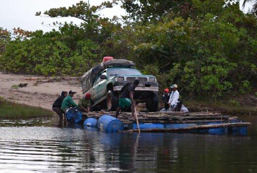 Bil transporteras på flotte i Madagaskar