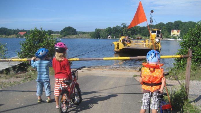 Barm väntar på färjan till Brommö. Foto: Jonny Johansson
