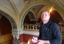Kurs och tidningsbiblioteket (KTB) uppfördes 1898 som Göteborgs stadsbibliotek och är en av byggnaderna som konservatorn Morgan Denlert och hans kollegor vid SVK har inventerat. Takmålningen i trapphuset till entrén är i jugendstil. Foto: Sanna Ekstedt Larsson