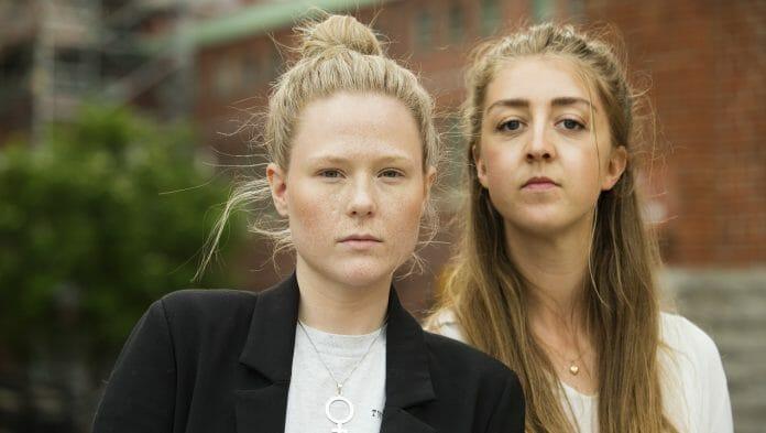 Volontärsamordnare Josephine Kollén och volontär Fanny Skåreby märker tydligt att klimatet i samhället blivit hårdare speciellt för unga tjejer. Foto: Anna Rehnberg