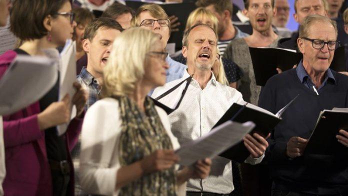 Bild på människor som sjunger i kör