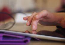 Bild på barn som pekar på en pekskärm.