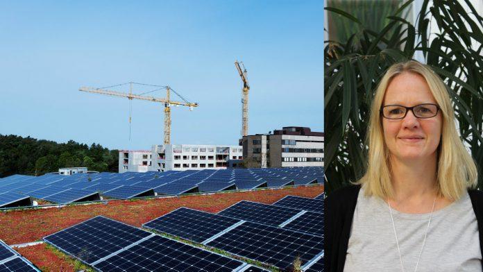 Solpanelerna vid Östra sjukhuset i Göteborg har fått jobba ordentligt i sommar vilket glädjer Västfastigheters miljöchef Kristina Käck. Foto Östra sjukhuset: Paul Björkman.