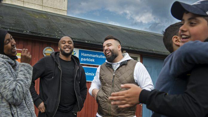 Fritidsgården Minimix i Hammarkullen där jobbar Mohammed Ali och Abdikarim Said Farah. (Mohammed med vit tröja). Foto: Kent Eng