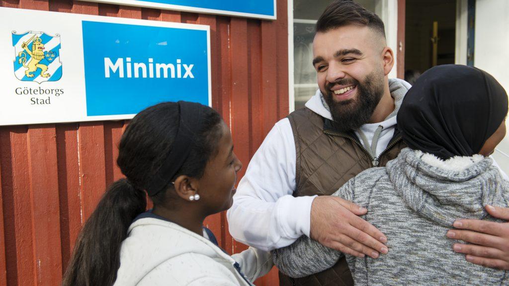 Mohammed Ali möter barnen som köar för att få komma in på Minimix. Foto: Kent Eng
