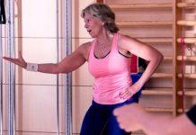 Dansinstruktören Anette håller i ett danspass