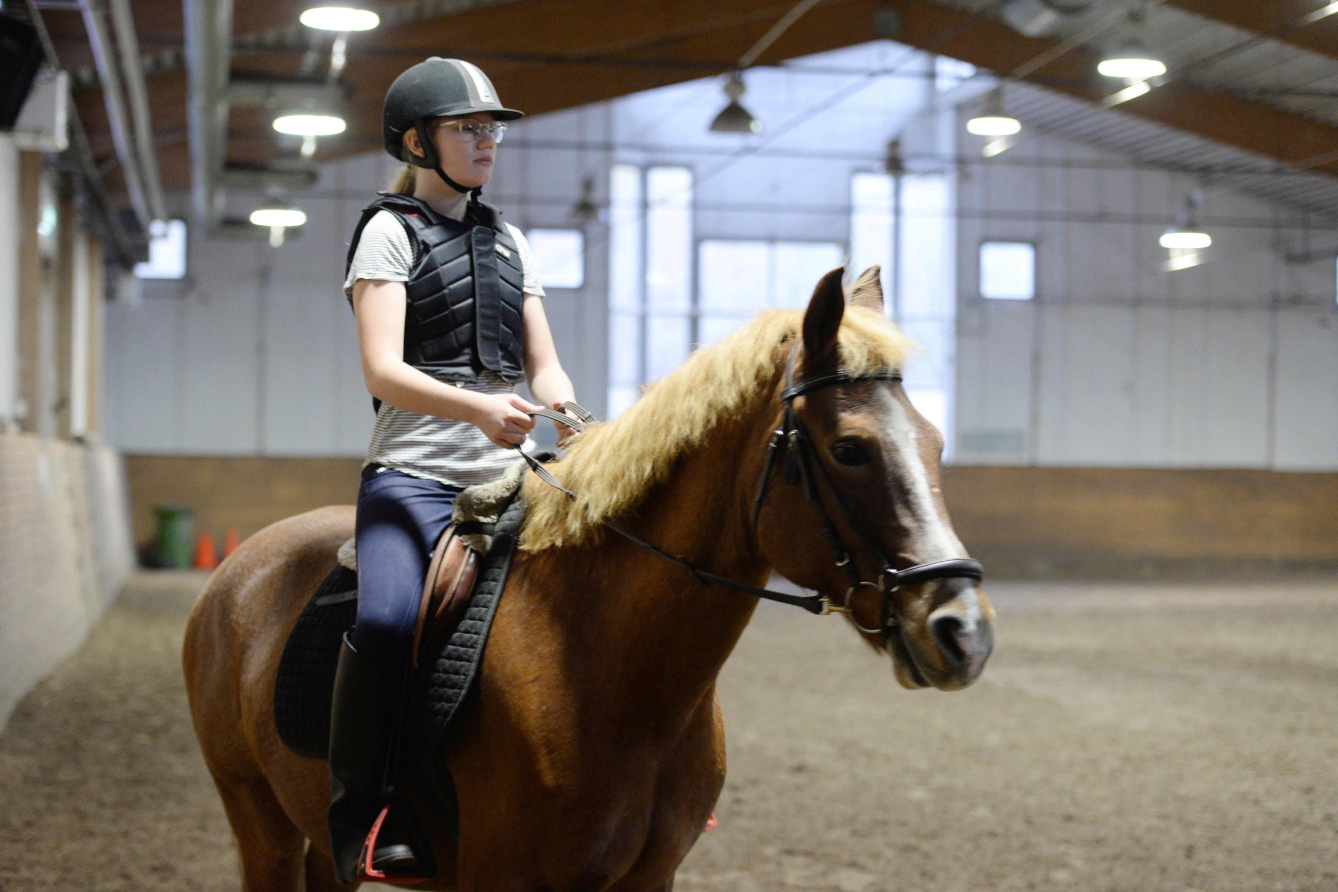 Claudia är en av de unga som kommit i kontakt med hästar tack vare samarbetet mellan BUP och Borås Fältrittklubb. Foto: Anna Nyberg