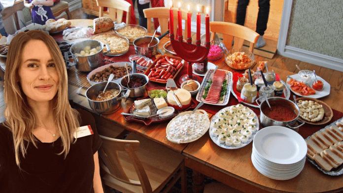 Tradiotionellt svenskt julbord med många olika rätter. Exempelvis, rödkål, sill, prinskorv, bröd, ägg och julskinka.