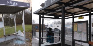 Två sönderslagna busshållplatser, massa splittrat glas ligger på marken