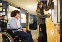 Maj-Britt Wallin passade på att ta sig en närmare titt på Liv Dahréns harpa. Musiken fick henne att minnas hur hon som barn satt på golvet hos grannen och hörde deras tre musikaliska döttrar spela. Foto: Anna Rehnberg