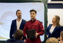 Föreställningen Dilemma spelas i ett klassrum i Sätilaskolan.