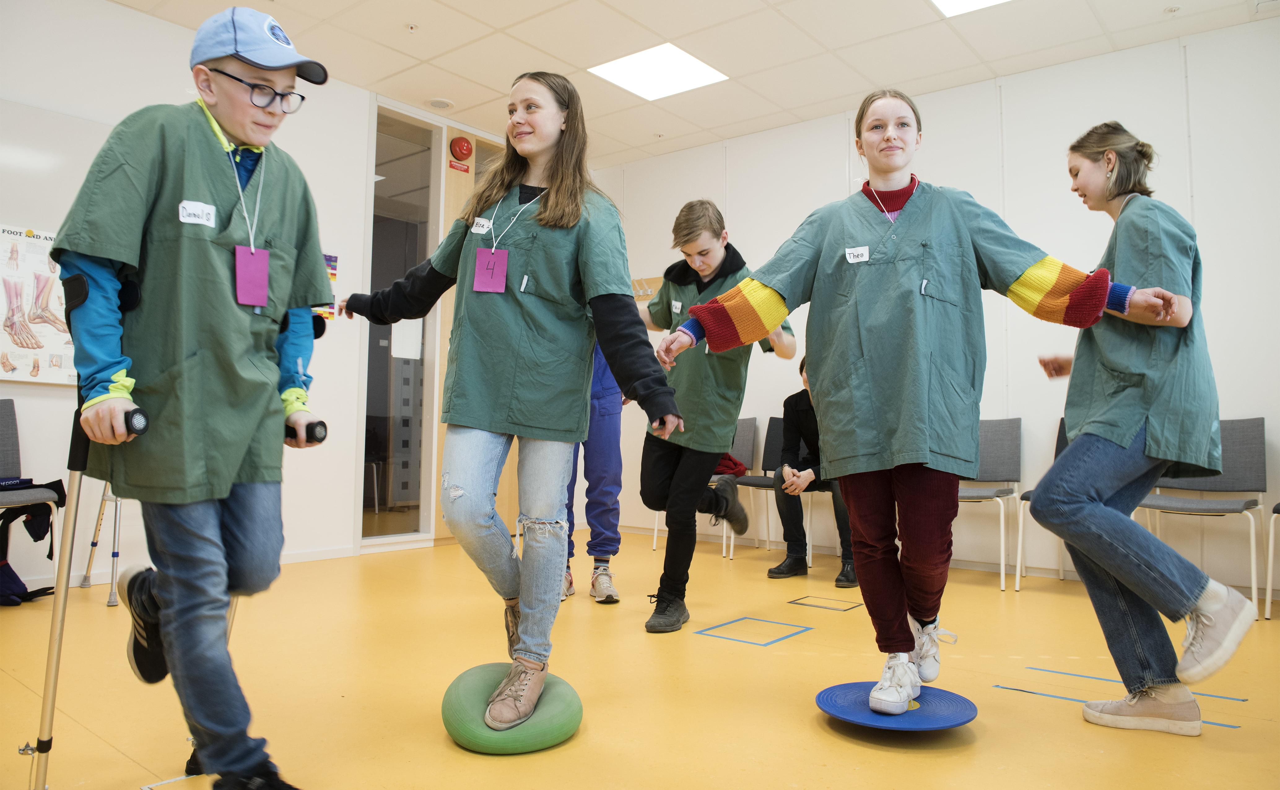 Åttondeklassare från Kålltorpsskolan får prova olika metoder att testa och träna upp balans och benstyrka. Foto: Anna Rehnberg