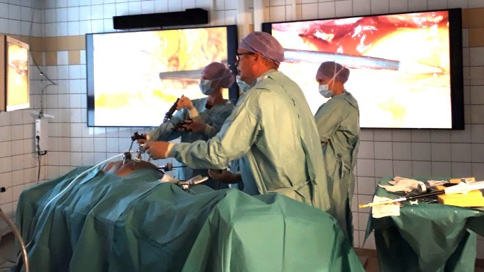 Titthålskirurgi på döda kroppar.