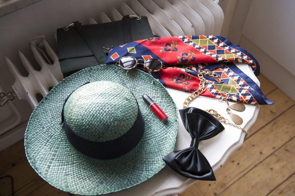 Hatt,rosett, scarf, solglasögon, halsband är exempel på accessoarer som kan piffa upp enkla plagg