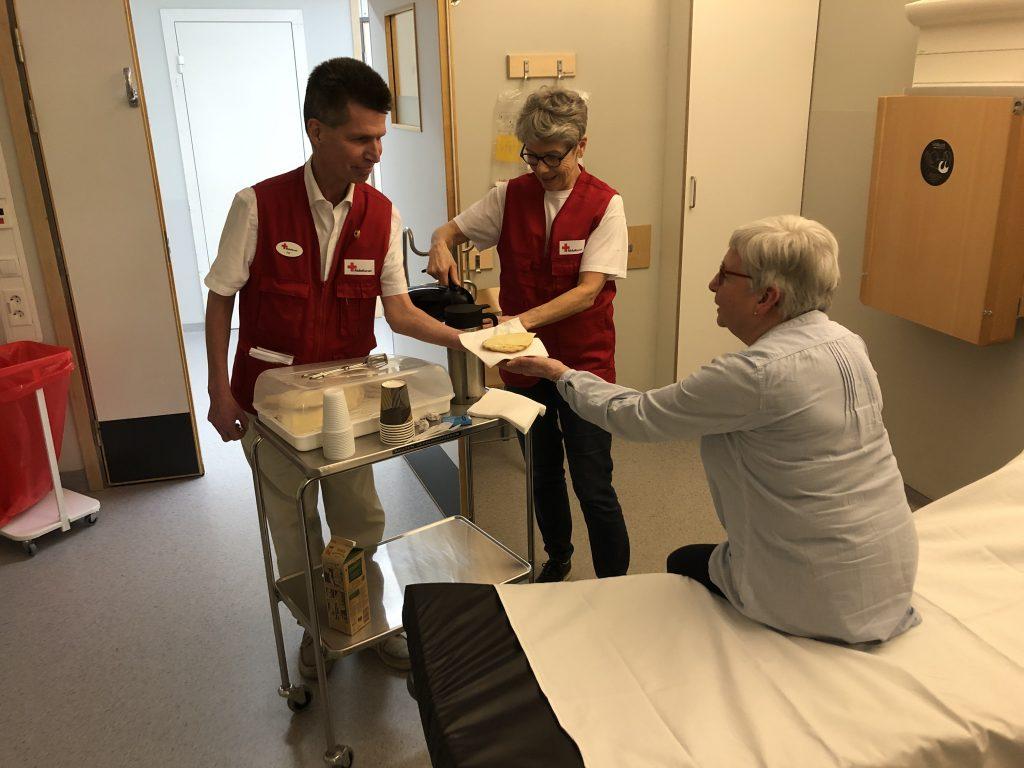 Sedan ungefär ett år tillbaka bemannar Marianne, Per, Gunilla och andra av Röda korsets volontärer en kaffevagn på NÄL:s akutmottagning.