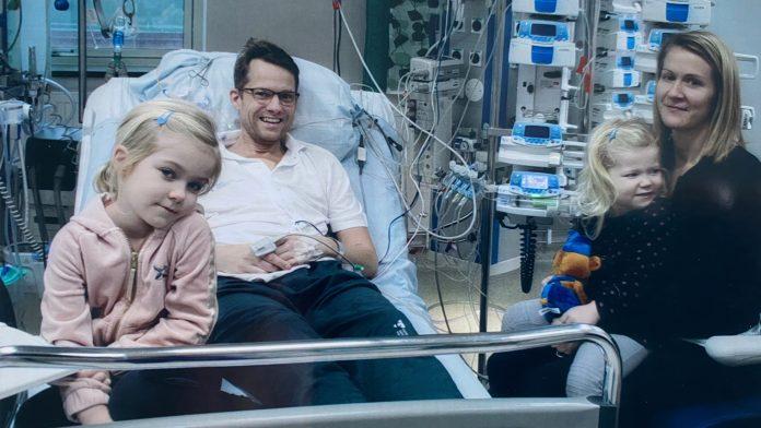 Hela familjen Kurlberg var givetvis mycket lättade över att Mattias hjärttransplantation gick så bra. Här är döttrarna Selma tv och Alma i mamma Malins knä på besök bara tre dagar efter operationen.