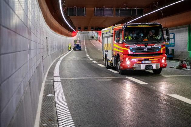 En brandbil kör genom tunneln