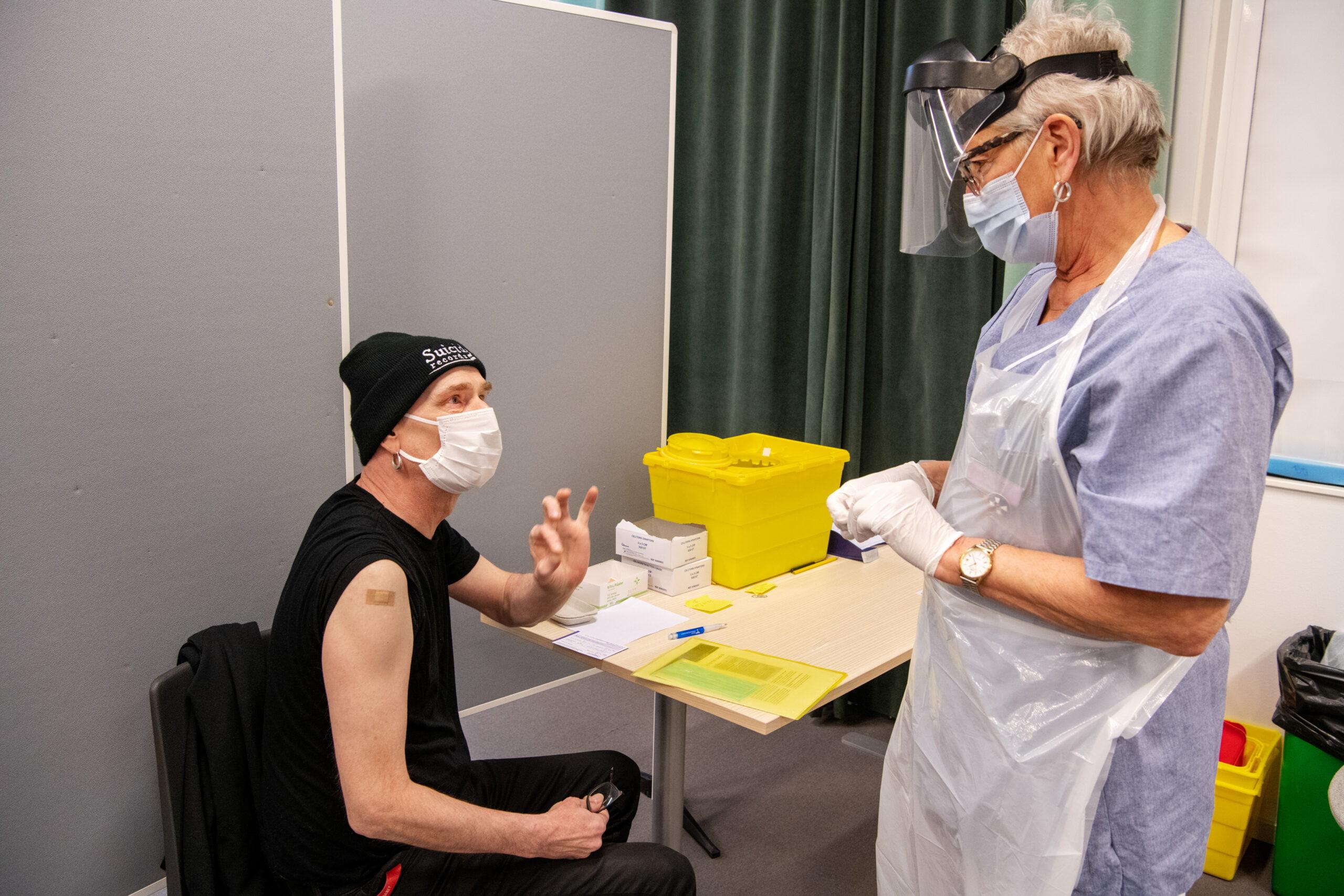 Dan Johansson får rådet av sjuksköterskan Birgitta Bondeson att ta det försiktigt ytterligare ett par veckor efter sista sprutan som han precis har fått. Foto: Kent Eng.