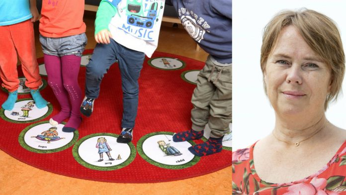 """Annika Melins företag Språkbussen är ett av många företag som fått stöd från VGR. På mattorna """"Mina känslor"""" kan barn som inte kan berätta verbalt hur de känner sig istället uttrycka sin sinnesstämning genom att ställa sig på rätt bild. Fotograf Karin Mönefors"""