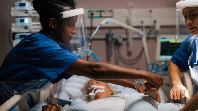 Vårdpersonal och en patient på IVA