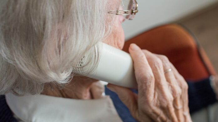 Äldre kvinna som talar i telefon