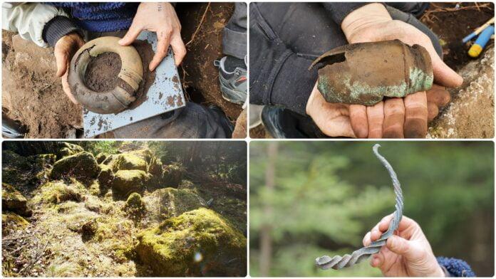 Fyndet som låg fullt synligt i skogen utanför Alingsås innehåller bland annat armring, fotring och en del av en halsring. Foto: Johanna Lega, Mikael Agaton.