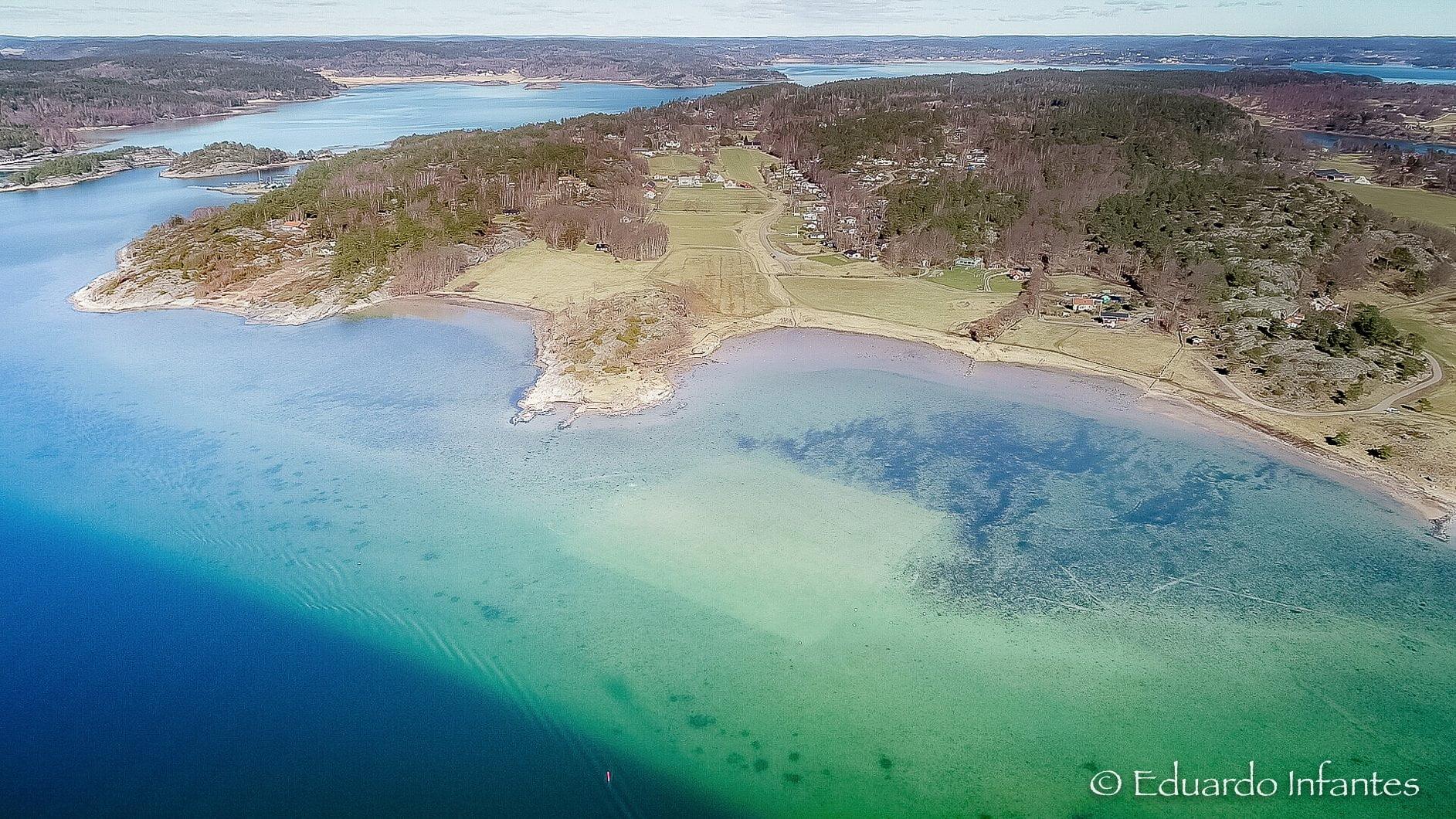 Vid Lilla Askerön mellan Orust och Tjörn har en ett hektar havsbotten täckts med 1 800 ton grov sand för att plantera ålgräs.